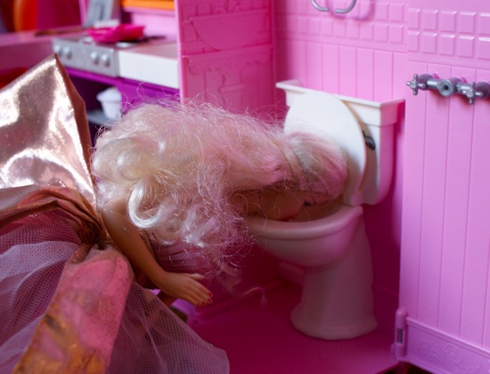 http://soisbelleetparle.fr/wp-content/uploads/2010/01/Barbie-vomit.JPG