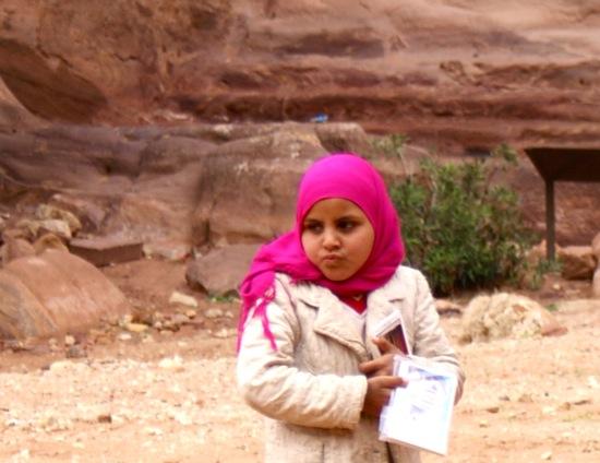 la petite fille qui vend des cartes postales