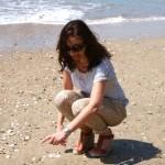 Seule sur le sable